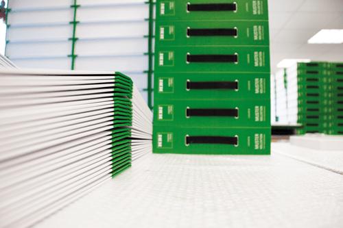 musterboxen-konfektionierung-gruene boxen aufgestapelt und sortiert, konfektionieren in handarbeit